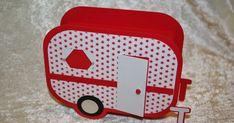 Jetzt habe ich mich nochmal drangemacht und einen Wohnwagen ganz selbst entworfen. In das Geschenkfach passen ein kleines Geschenk und ein k...