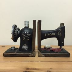 Top Sewing Machines Vintage Singer Sewing Machine Bookends Beautiful Heavy Vintage Kitchen NEW 12503 - Sewing Machines Best, Treadle Sewing Machines, Antique Sewing Machines, Sewing Machine Tables, Sewing Machine Projects, Sewing Tables, Arte Bar, Deco Originale, Sewing Rooms