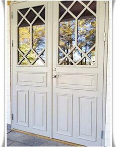 Sugen på att byta ytterdörr? Varför inte satsa på ett par sådana här underbart vackra, spröjsade parytterdörrar? #ytterdörr #ytterdörrar #bytadörr #nydörr #nyadörrar #dörr #dörrar #pardörr #pardörrar #spröjs #finsnickeri #finsnickare #lidköping www.lillieskolds.se Door Design, Exterior Design, House Design, House Doors, House Entrance, House Trim, Double Front Doors, Fancy Houses, Exterior Remodel