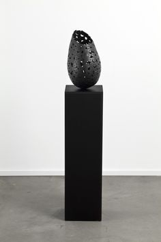 Eruption V de Jean-Pierre Morin Aluminium iodisé, 2012, 128 x 22,4 x 22,4 x 22,4 cm  #art #mtl #montreal #sculpture Morin, Sculpture, Vase, Home Decor, Stone, Decoration Home, Room Decor, Sculptures, Sculpting