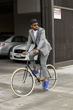 Nail that dapper look with a grey double breasted blazer and grey dress pants. Blue suede low top sneakers will add some edge to an otherwise classic look. Bici Retro, Cycle Chic, Bike Style, Men's Style, Style Blog, Best Mens Fashion, Style Fashion, Bike Fashion, Street Style