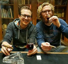 Je loopt niet zomaar Hajenius binnen maar eigenlijk moet je dat wel doen als je even in een oase van rust een sigaartje wil roken en een glaasje port wil drinken want deze rookruimte is echt heerlijk. #Hajenius #Roken #Rokin #Cigars #Amsterdam #Smokinglounge #port #CityguysNL #24uurrokin