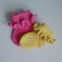 Crochet Frilled Newborn Socks FREE Crochet Pattern Visit the post for more. Crochet Baby Socks, Crochet Baby Clothes, Crochet Slippers, Crochet For Kids, Baby Knitting, Free Crochet, Kids Slippers, Booties Crochet, Crochet Gifts
