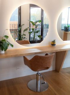 Frankie Salon Melbourne Joanne Green Landscape & Interior Contemporary hair salon American Oak joinery, Tan leather chairs, Brass Hardware greenhair is part of Hair salon chairs - Interior Design Color Schemes, Interior Design Pictures, Interior Design Gallery, Interior Design Software, Interior Design Images, Interior Modern, American Interior, Home Hair Salons, Hair Salon Interior