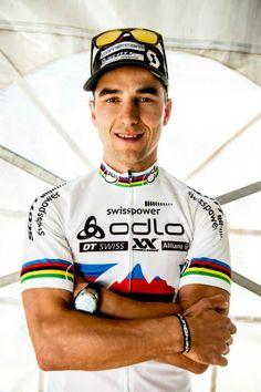 Ünlü bisikletçi Nino Schurter de #Oakley Breadbox'dan vazgeçemeyenlerden! #bicycle #famous #athlete #fashion #mode #moda #style #vogue #tarz #good #super #great #follow #followme #followup #likes