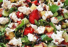 Ensalada de espinacas con requesón y frutas bañada en salsa de miel de caña y mermelada de cerezas - Recetasderechupete.com