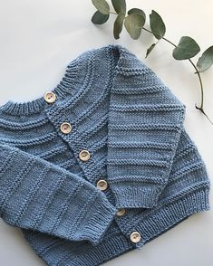 Minstemann trengte ei lettare jakke til kjølige sommardagar og varme haustdagar ☺️ Davidjakke strikka i Lille Lerke 👌🏼 Knit Baby Sweaters, Baby Hats Knitting, Knitting For Kids, Baby Knitting Patterns, Free Knitting, Baby Clothes Patterns, Baby Patterns, Clothing Patterns, Toddler Cardigan