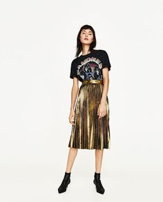 Tendencia: Las faldas plisadas - No Solo Moda. Black band t-shirt+golden pleated midi skirt+black ankle boots (Zara). Spring Casual Outfit 2017