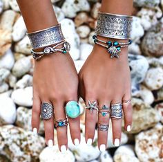 Boho clothes, jewelry and bags have rocked the fashion world. Boho has been immensely popular both with celebrities with masses alike. Let us look over on Boho Bohemian Jewellery, Hippie Jewelry, Boho Hippie, Jewlery, Hippie Baby, Hippie Bracelets, Bohemian Clothing, Hippie Life, Ankle Bracelets
