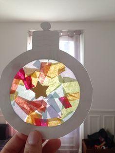 Il est peut-être encore un peu tôt pour commencer à décorer la maison pour Noël, mais ces petites activités sont sympas à faire avec les enfants. Nous avons donc réalisés de petit vitraux pour déco…