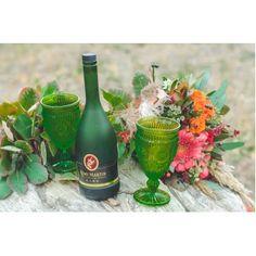 Букет из живых цветов в стиле бохо и прекрасная посуда из цветного стекла.