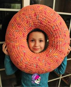 These fast & easy crochet Donuts will are Zero calorie & super cute! Normal donut size, with Mini, Large, & XL sizes included! Crochet Home, Easy Crochet, Free Crochet, Crochet Cushions, Crochet Pillow, Crochet Projects, Crochet Ideas, Knit Patterns, Amigurumi