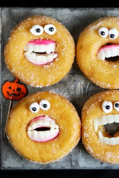 Halloween Treat Bags // Take Out Containers Halloween Desserts, Fete Halloween, Halloween Food For Party, Easy Halloween, Halloween Treats, Halloween Decorations, Halloween Donuts, Kreative Desserts, Helloween Party