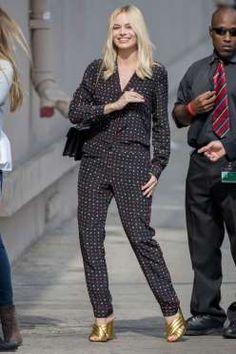 Margot se suma a la pijama party con un toque dorado en sus zapatos y un bolso…