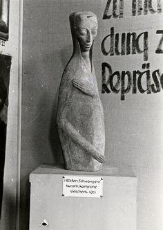 Ausstellung 'Entartete Kunst', München, 1937. Emy Roeder: 'Schwangere' (1918); Reproduktion: Zentralarchiv, Staatliche Museen zu Berlin