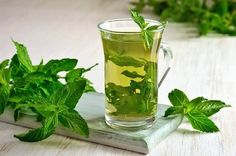 Drinking mint tea can improve your overall health and prevent stomach diseases that can cause discomfort. With a refreshing aroma and cool taste, this tea is a delight and the health benefits are an added bonus. Read below mint tea benefits in detail. Hair Dye Allergy, Bebidas Detox, Winter Cocktails, Tea Benefits, Health Benefits, Natural Home Remedies, Detox Drinks, Mojito, Healthy Tips
