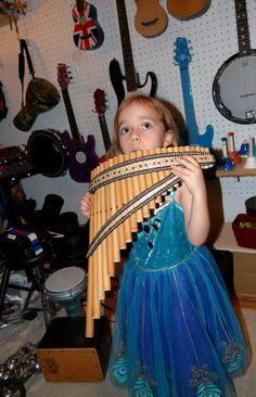 Camille et une flute de Pan venant du Pérou…