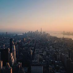 Kein einziger Mensch auf der Welt weiß wohin sich der Markt kurzfristig entwickeln wird. Ende der Geschichte.  Morgan Housel  #FinanzTilo_Zitate Seattle Skyline, San Francisco Skyline, Instagram, Travel, Finance, History, Knowledge, World, Quotes