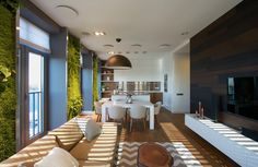 Are you looking to add more earthy tones to your small condo or apartment? Add a moss wall to bring the freshness of the outdoors into your home! Zeitgenössisches Apartment, Green Apartment, Family Apartment, Apartment Interior, Studio Apartment, Interior Architecture, Interior And Exterior, Interior Design, Studio Interior