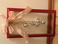 42 DIY Picture Frame Would make great Christmas gifts Diy Christmas Videos, Great Christmas Gifts, Christmas Projects, Christmas Diy, Christmas Wreaths, Picture Frame Wreath, Christmas Picture Frames, Picture Frame Crafts, Christmas Pictures