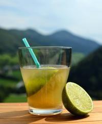 Photo cocktail TI PUNCH 2 cl. Citron Vert 2 cl. Sirop de Sucre ou Sucre de Canne 6 cl. Rhum Blanc