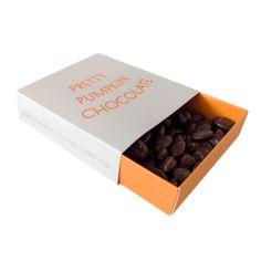 Pretty Pumpkin chokolate. Sprøde, knasende græskarkerner overdækket med mørk chokolade! En sand fristelse for chokoladeelskere, der sætter pris på det bedste og bitre. Græskar har en bred vifte af helbredsmæssige fordele og indeholder masser af mineraler, vitaminer, antioxidanter og en god portion protein og sunde fibre.