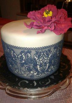 Red Velvet Cake mit Magic Decor Spitze und Pfingstrose