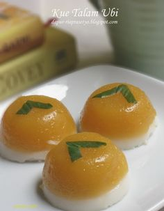Lihat ada ubi merah jadi pengen bikin talam ubi trus ada santan instant. Pas sekarang lagi keblenger ama bolu-bolu gitu abis kan pake banya...