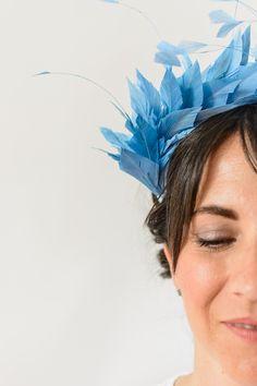 Hellisay - Blue Feather Hairband, Bridal hairband, ballet headpiece, blue feather wedding headpiece, wedding guest headpiece, blue headband by Palomilla on Etsy // Hellisay - Diadema de plumas azules para invitada de boda, diadema para novia, diadema de ballet, tocado azul de plumas, accesorio de plumas por Palomilla Tocados en Etsy