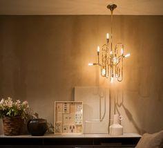 Ce lustre vintage illumine votre intérieur avec douceur et élégance. #luminaire #design #nedgis #designcontemporain #contemporarydesign #suspension #pendantlight #delightfull #studiodelightfull #or #gold #clark #laiton #brass #salon #livingroom #diningroom #salleamanger #chambre #bedroom