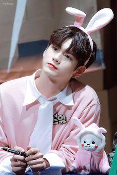 He's tooo cute Seongwoo@ Cho Chang, Ong Seung Woo, Guan Lin, Eric Nam, Lai Guanlin, Produce 101 Season 2, Lee Daehwi, Kim Jaehwan, Ha Sungwoon