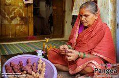 """India.  La microimprenditoria femminile.  In: """"10 anni con Fondazione Pangea"""" (www.pangeaonlus.org)"""