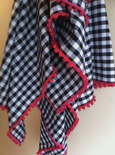 Linda e prática toalha em algodão ou oxford para alegrar sua mesa ou piquenique. O xadrez está disponível em diversas cores e tamanhos. Veja em nosso mostruário. Temos todas as cores de pompom. Este preço refere-se à toalha de 1,5x2m, com acabamento em pompom. Hand Embroidery Patterns Flowers, Fabric Photography, Bed Rug, No Sew Curtains, Backyard For Kids, Hope Chest, Table Linens, Sewing Hacks, Gingham