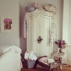 Retro home decor - Stand out arrangements. diy retro home decor shabby chic smashing tip ref 6435049008 generated on this day 20190118 Shabby Chic Interiors, Shabby Chic Bedrooms, Shabby Chic Cottage, Vintage Shabby Chic, Shabby Chic Homes, Shabby Chic Furniture, Bedroom Vintage, Vintage Armoire, Bedroom Furniture