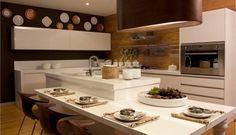 A bancada de pia desta cozinha fica no centro, para facilitar a execução de tarefas  Foto: Divulgação