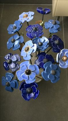 Keramiek, bloemen, flowers – Hobbies paining body for kids and adult Slab Pottery, Ceramic Pottery, Pottery Art, Ceramic Pots, Ceramic Clay, Glass Flowers, Ceramic Flowers, Clay Projects, Clay Crafts