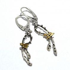 Długie, lekkie kolczyki, wykonane ze srebra pr. 925, oksydowanego oraz złoconego 24k złotem.