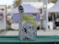 > Una buena opción para souvenir Frasquito reciclado con tapa blanca y cuchara #frasco #frascoReciclado #jar #vajillaDibujada #vidrio #souvenir #cocina #kitchen