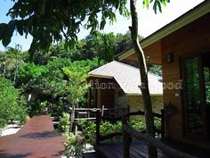 The 2 bungalows @ Ra Beang Mai with the restaurant on the background (Koh Kood, Thailand)