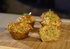 Zemiakové muffinySlaninku nakrájame na kocky, zemiaky ošúpeme anastrúhame, syr nastrúhame, petržlen aj pažítku nakrájame nadrobno. Najprv si opečieme slaninu, zo zemiakov