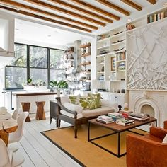 Townhouse in Brooklyn, NY - White living room with natural light, distressed leather chairs, wood accents (© The Brooklyn Home Company) Deco Design, Design Case, Modern Vintage Homes, Vintage Home Decor, Modern Retro, Vintage Décor, Vintage Ideas, Fashion Vintage, Vintage Style