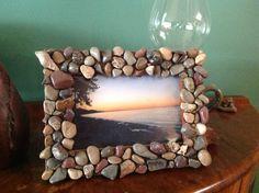 River rock bed frame Photo Frame Crafts, Picture Frame Decor, Family Crafts, Diy Home Crafts, River Rock Crafts, Seashell Frame, Terrarium Diy, Make Pictures, Craft Night