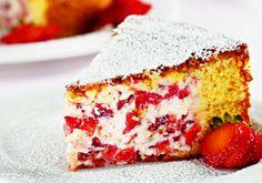 """Deixe esse <a href=""""/culinaria/receitas/bolo-musse-morango-485769.shtml"""" target=""""_blank"""">bolo-musse de morango</a> na geladeira por, pelo menos, duas horas. Antes de servir, polvilhe com açúcar de confeiteiro e decore com morangos"""