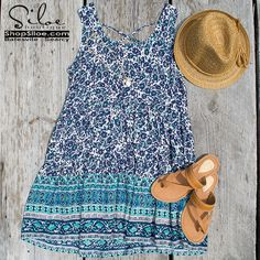 Such a beautiful color combination on this summer dress!