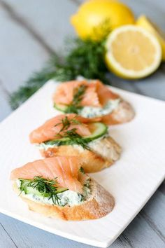 Love the recipe for these amazing and healthy salmon yogurt canapes. Crunchy toasted baguette, yogurt, spinach and cucumber make a wonderful combination. Quick And Easy Appetizers, Easy Appetizer Recipes, Appetizers For Party, Healthy Recipes, Healthy Food, Smoked Salmon Appetizer, Smoked Salmon Recipes, Salmon Canapes, Party Food Buffet