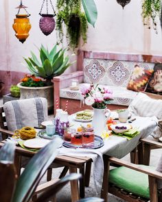 Use brightly coloured plants, textiles and drinks to set a summery table for your next alfresco gathering | #IKEAIDEAS