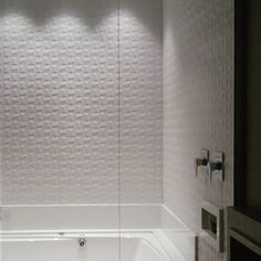 """934 curtidas, 19 comentários - Eliane Revestimentos (@elianerevestimentos) no Instagram: """"Em um jogo de composição geométrica, Cubic White leva forma e volume para as paredes no projeto de…"""""""