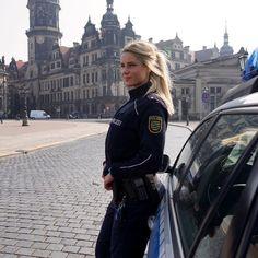 Desde que Adrienne Koleszár confesó en Instagram que su verdadero trabajo era el de proteger a los habitantes de Dresde (Alemania), los usuarios de las redes sociales no tardaron en coronarla como la policía más sexy del mundo. Y es que sus fans se dejarían cachear sin dudarlo por esta explosiva rubia que está revolucionando Internet. ¡ Danke por existir! Otras historias: Rita Mattos, la barrendera brasileña que se convirtió en conejita Playboy / Kaicyre Palmers, así es la enfermera más…