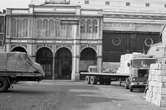 Covent Garden, 1973 The last throes of Covent Garden when it was still a working fruit and vegetable market, supplying shops and restaurants with fresh produce daily. These pictures were taken a few weeks before it closed for good London Today, London Life, London Photography, Street Photography, Smoking In Public Places, New Covent Garden Market, London History, Tourist Sites, Old London