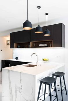 Modern handleless kitchen with a peninsula by Elan Kitchens in London. 55 New King's Road London Tel: 020 7384 0511 Handleless Kitchen, Kitchen Peninsula, L Shaped Kitchen, Open Shelving, Kitchens, New Homes, Ceiling Lights, London, Decoration